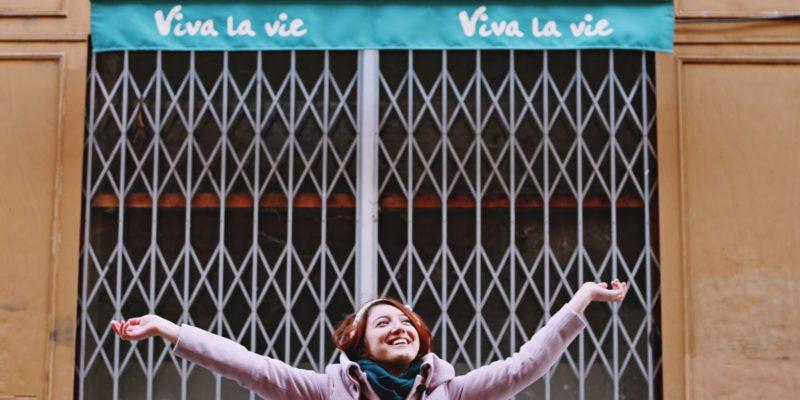 Blije vrouw onder luifel 'Viva la vie'